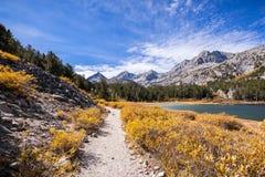 Peu sentier de randonnée de vallée de lacs, sierras orientales photo libre de droits