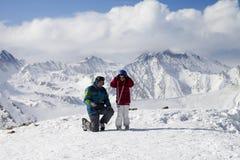 Peu skieur avec le père sur la pente neigeuse de ski images libres de droits