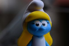 Peu Smurfs bleu, Mlle Smurf image libre de droits