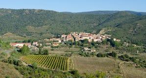 Peu village de Cucugnan en France images stock