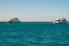 Peu yacht blanc près du récif coralien en mer bleue Photo stock