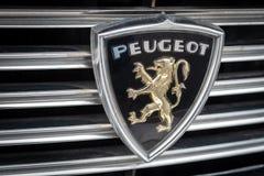 Peugeot λογότυπο στο κλασικό αυτοκίνητο στοκ εικόνα με δικαίωμα ελεύθερης χρήσης