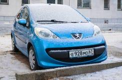 Peugeot 107 in de winterstraat wordt geparkeerd na sneeuwval die Royalty-vrije Stock Foto