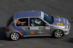 Peugeot 106 durante la linterna de la reunión de 32 ° Fotos de archivo