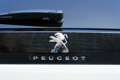 Peugeot firmy logo na srebnym samochodzie obrazy stock