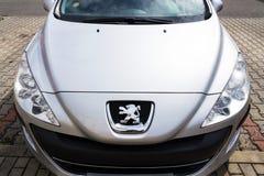 Peugeot firmy logo na srebnym samochodzie zdjęcie stock