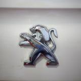 Peugeot loga kruszcowy zbliżenie na Peugeot samochodzie Zdjęcia Stock