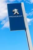 Peugeot-Logo auf einem Zeichen außerhalb des Autos oder der Automobilverkaufsstelle Lizenzfreie Stockfotos
