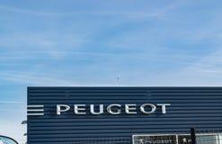 Peugeot logo na przedstawicielstwo firmy samochodowej budynku obrazy royalty free