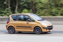 Peugeot 1007 på vägen Fotografering för Bildbyråer