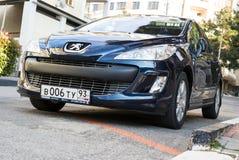 Peugeot 307 parqueó en la calle Fotografía de archivo