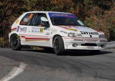 Peugeot 106 pendant la lanterne de rassemblement de 32 ° Photos libres de droits