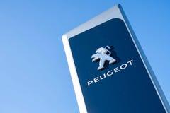 Peugeot przedstawicielstwa handlowego znak przeciw niebieskiemu niebu fotografia royalty free