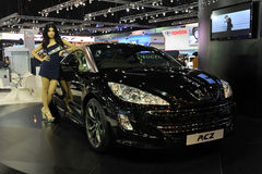Peugeot RCZ auf Bildschirmanzeige an einer Autoausstellung Lizenzfreies Stockbild