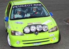 Peugeot 106 samlar i handling Royaltyfri Bild