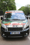 Peugeot samochód dostawczy z Perrier logem przy Le Stade Roland Garros w Paryż fotografia stock