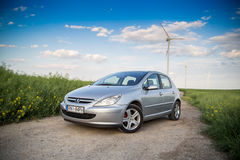 Peugeot samochód na polu z wiatraczkami Obraz Stock