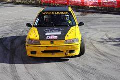 Peugeot 106 samochód wyścigowy wymagający w rasie obrazy stock