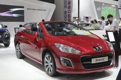 Peugeot vermelha carro de 308 centímetros cúbicos Imagem de Stock