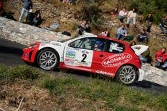 Peugeot 206 WRC-raceauto tijdens een vastgestelde snelheidsproef in de tweede uitgave van het Ronda Di Albenga-ras dat ooit plaat stock afbeeldingen