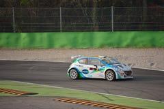 Peugeot 208 zlotny samochód przy Monza obraz royalty free
