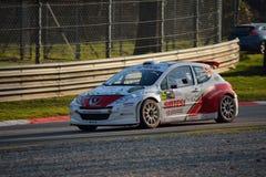 Peugeot 207 zlotny samochód przy Monza obraz stock
