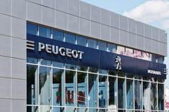 Peugeot znak na budynku usługowy centrum Obrazy Stock