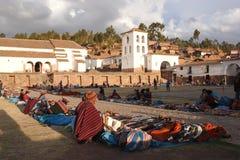 Peuple autochtone d'Inca vendant des souvenirs et jouant des tambours, marché de Chinchero, Cusco, Pérou Images stock