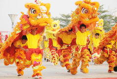 Peuple chinois jouant la danse de lion photo libre de droits