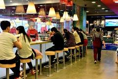 Peuple chinois mangeant au prêt-à-manger restaurtant photo libre de droits