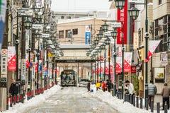 Peuple japonais enlevant la neige avec une pelle Photo stock