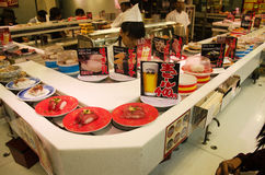 Peuple japonais et étranger de voyageurs mangeant des sushi des sushi Photo libre de droits