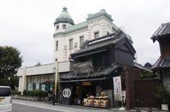 Peuple japonais et souv de marche et de achat de voyageur d'étranger image libre de droits