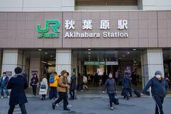 Peuple japonais et touristes visitant le JR d'Akihabara et la station de métro à la journée image stock