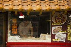 Peuple japonais faisant cuire des ramen de nouille en démonstration et la vente aux gens du pays image libre de droits