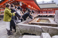 Peuple japonais lavant la main dans un temple Photographie stock