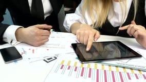 Peuples d'affaires développant un projet d'affaires et clips vidéos