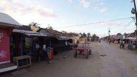 Peuples malgaches sur le marché de rue au Madagascar banque de vidéos