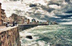peuples pêchant dans le malecon de la Havane photo stock