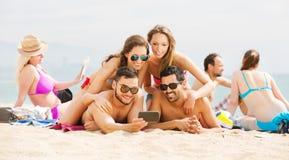 Peuples prenant des photos sur le smartphone Photo stock