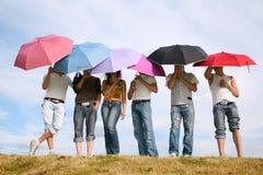 Peuples sous des parapluies Photographie stock