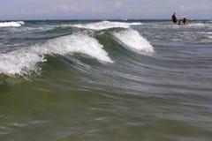 Peuples sur la plage et la mer image stock