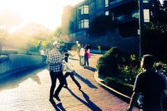 Peuples sur le St de Lombard Photo libre de droits