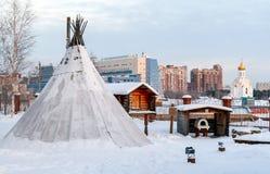 Peuples traditionnels d'annexes du nord lointain : tipi, pavillon de chasse pour le stockage des dispositions, four pour le pain  photos stock