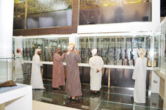 Peuples vérifiant des armes à feu à Abu Dhabi International Hunting et à l'exposition équestre 2013 Image libre de droits
