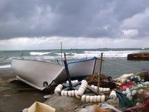 Peuplier anatolien flottant dans l'air et les bateaux de pêche Photographie stock libre de droits