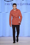Peut Yunus Cetinkaya Catwalk en Mercedes-Benz Fashion Week Istanb Photographie stock libre de droits