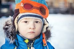 Peuter in de sneeuwwinter in bontjas en proefhoed Stock Afbeeldingen