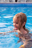 Peuter die leren hoe te zwemmen Royalty-vrije Stock Fotografie