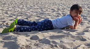 Peuter die op strand van zon genieten Stock Foto